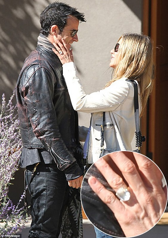 Jennifer Aniston Shows Off Huge Engagement Ring From Justin Theroux