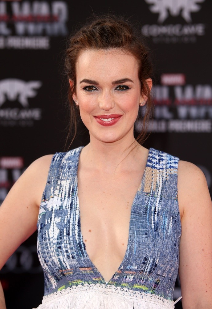 elizabeth henstridge looks like