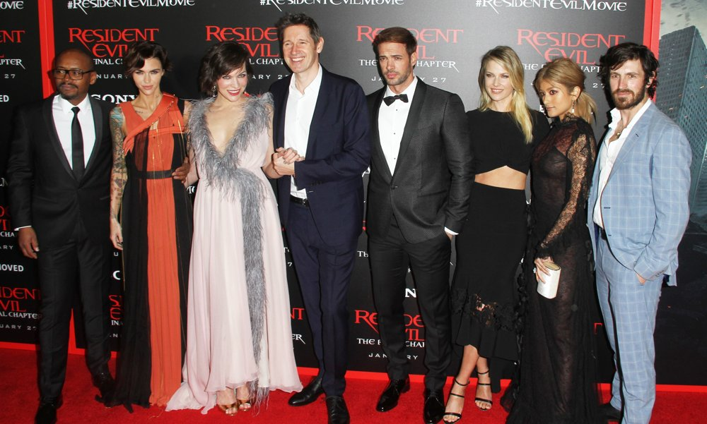 http://m.aceshowbiz.com/webimages/wennpic/james-rose-jovovich-anderson-levy-larter-rola-macken-premiere-resident-evil-the-final-chapter-01.jpg